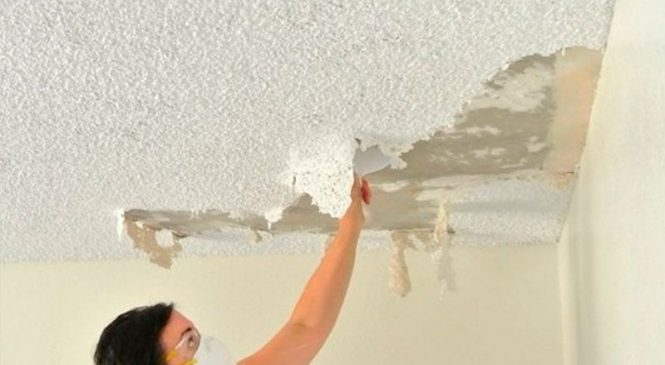 Удаление старого покрытия с потолка.
